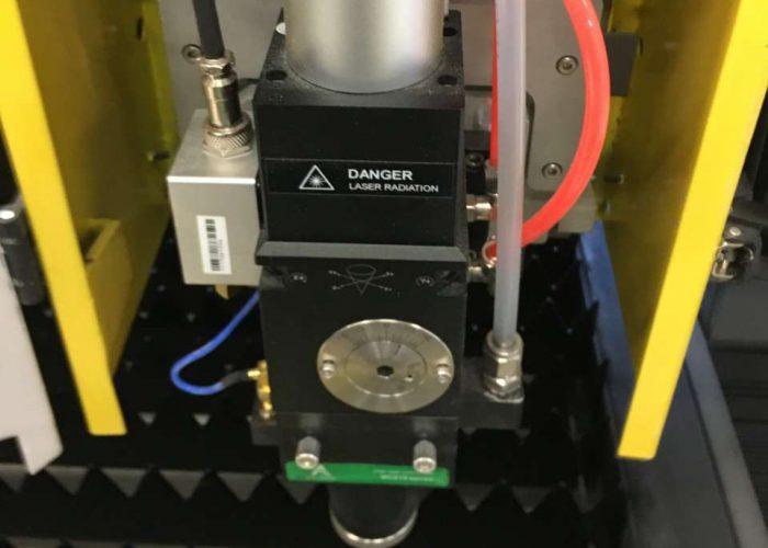 fiber laserka glava sa pratecim kablovima i elementima